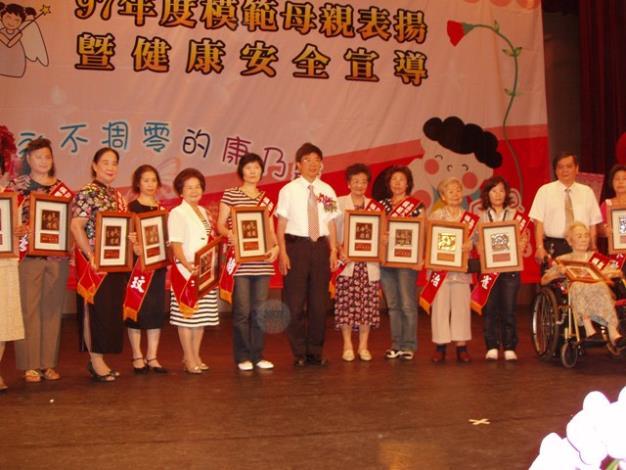 副市長在表揚模範母親活動中合影