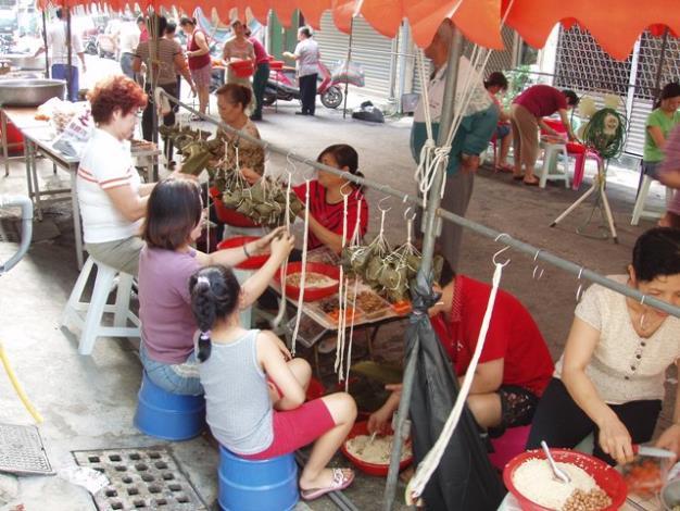 里民參與綁粽活動情形