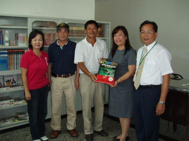 區長代表捐贈區公所捐贈之二手書予K書中心