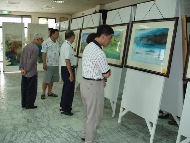 民眾參觀郭金保潑彩與水彩畫展