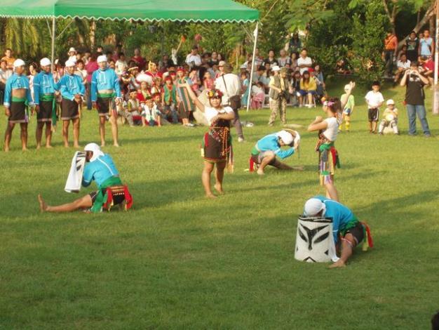 原住民朋友表演盾牌舞情形