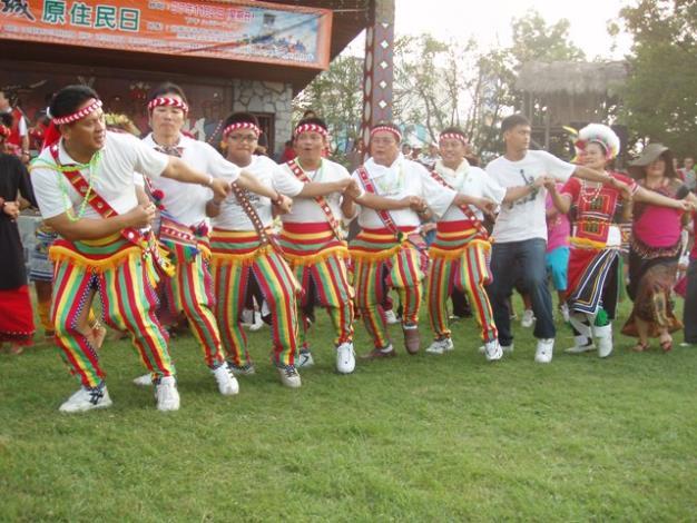 原住民朋友以舞蹈展現熱情活力
