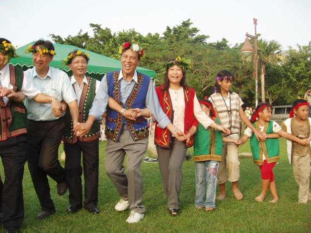區長與原住民朋友一起共舞