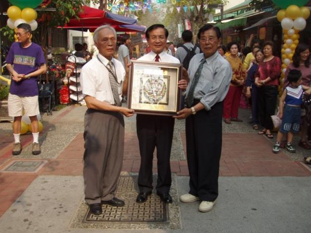 里長黃文龍與理事長楊阿昇以「思樂泮水」紀念牌敬贈許市長