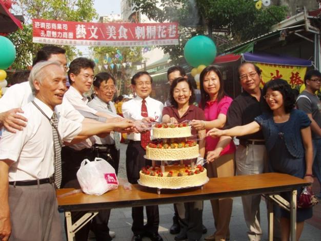 許市長與大家一起高唱生日快樂歌及切蛋糕,共為府中街慶生