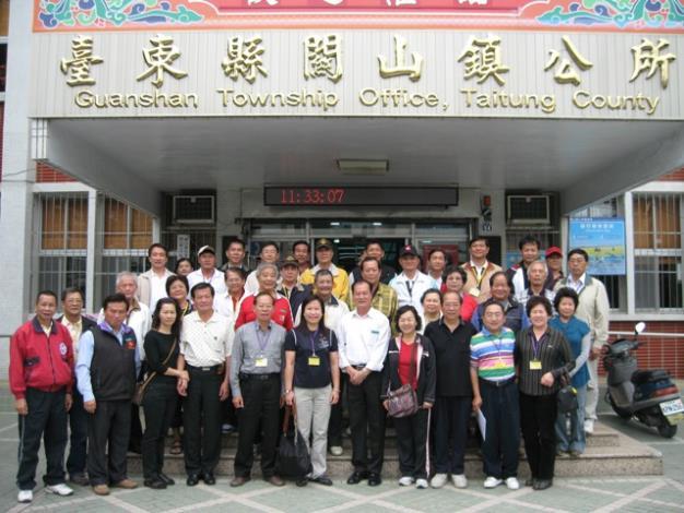黎區長及洪玉鳳、姜滄源議員及里長們在關山鎮公所前合影