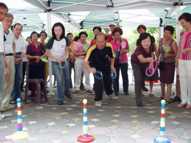 姜滄源、洪玉鳳、邱莉莉等三位議員比賽丟圈圈活動為趣味競賽開場