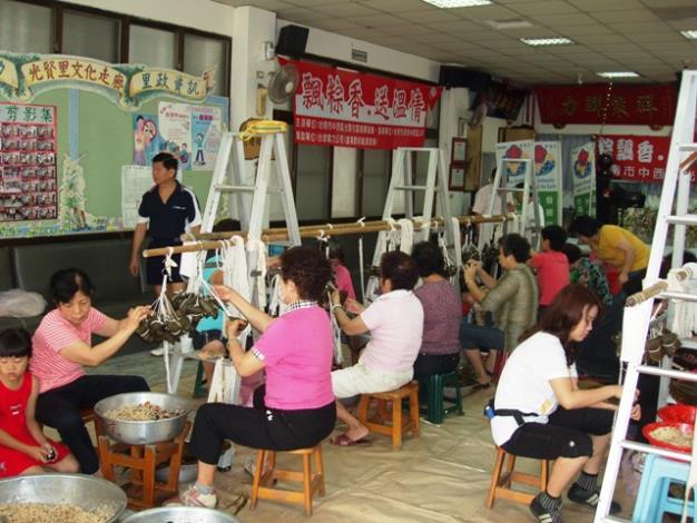 光賢社區的婆婆媽媽是包粽高手