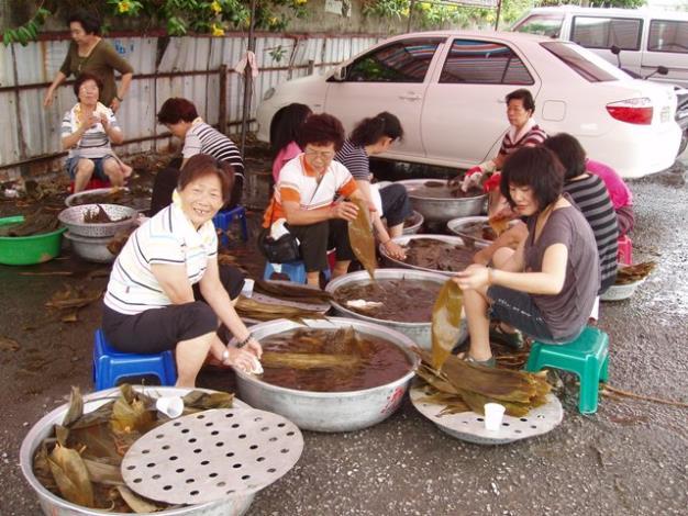 社區會員分工洗粽葉,歡樂慶端午
