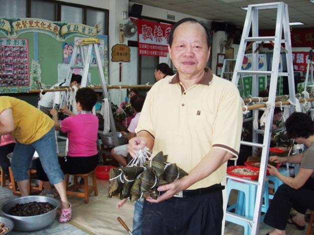 王信雄理事長展現社區美味香粽成果