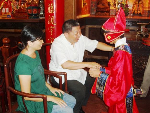 永華宮舉辦「尊親奉茶做16歲」活動─父母加冠