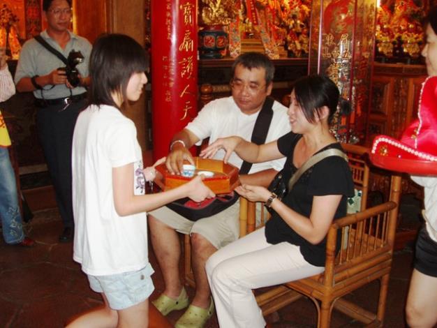 永華宮舉辦「尊親奉茶做16歲」活動─子女奉茶