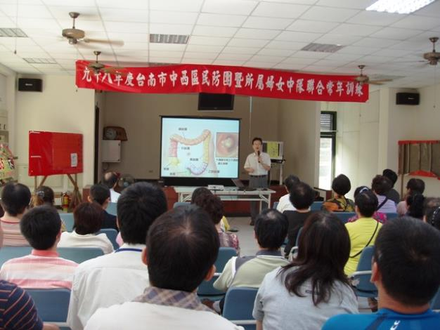 署立臺南醫院外科主任莊仁賓做生活保健教育專題講座