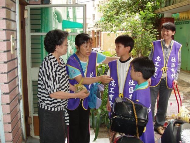 理事長鄭雀燕及社區志工陳淑娟帶領社區小小志工們前往社區長者關懷訪視