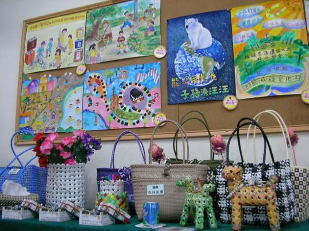 美術比賽高年級組得獎作品及社區編織作品陳列展示情形