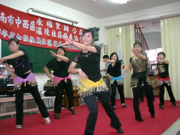 社區舞蹈班的活力舞蹈表演