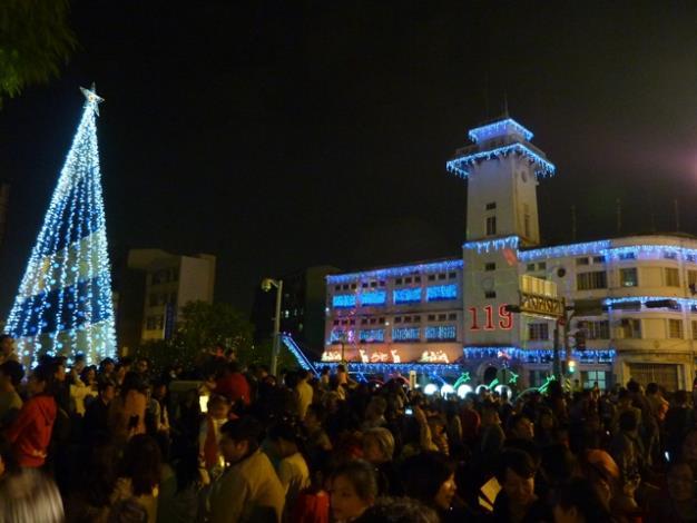 民眾參與「幸福、平安」聖誕點燈一景