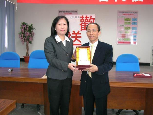 黎區長代表全體同仁致贈紀念牌予李秘書,祝福新任工作順利成功