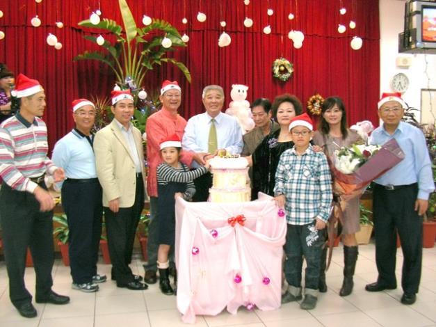 陳里長與服務團隊代表一起切蛋糕,感謝大家的協助