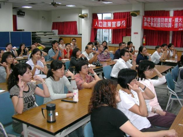 同仁依講師教導進行電話接聽訓練