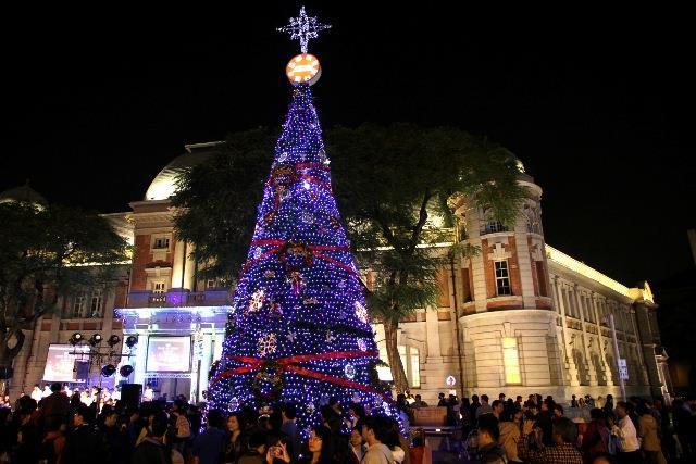 臺灣文學館前聖誕樹(照片來源:101.12.7市府網站/市政新聞)