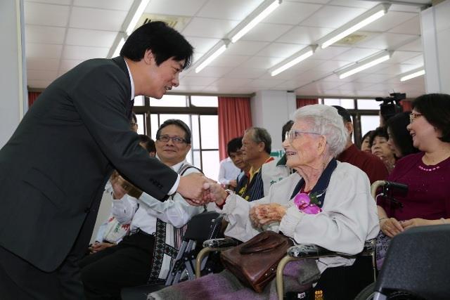 賴市長向長老娘林鄧璐德女士致意