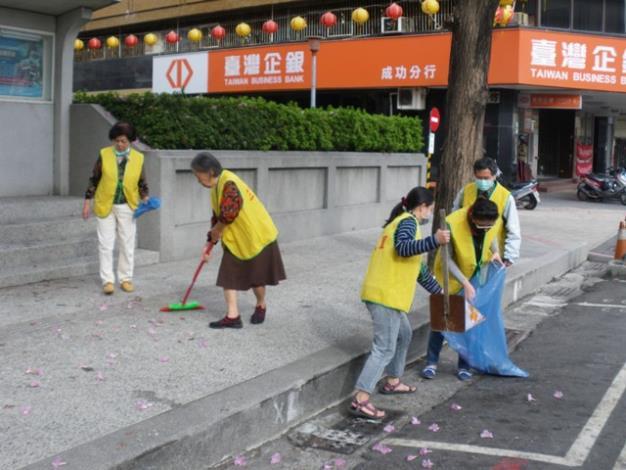 志工打掃人行道環境