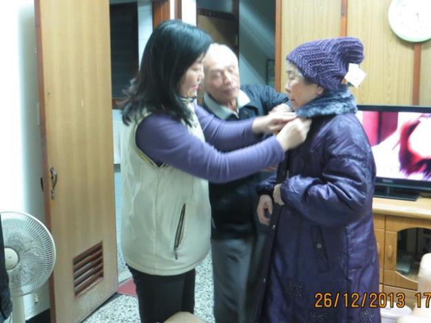 黎區長為獨局老人試穿冬衣