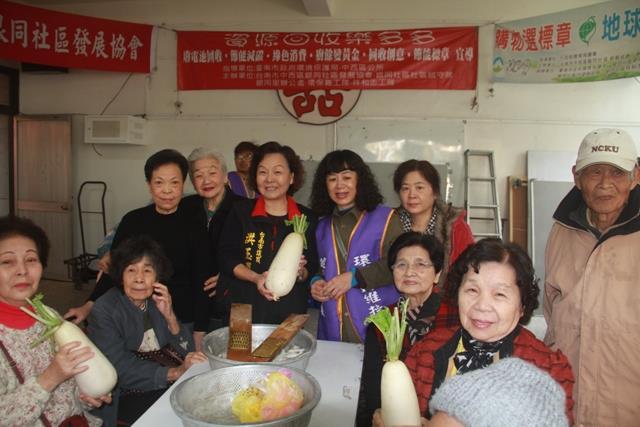 市議員洪玉鳳向志工伙伴賀新年