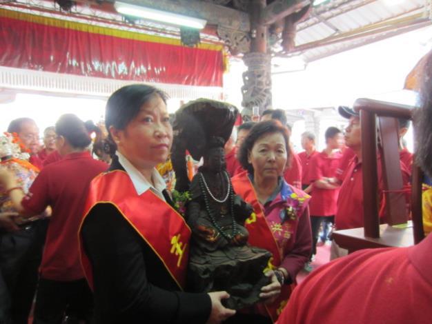 區長黎燕玉與市議員洪玉鳳共同供奉神尊入廟