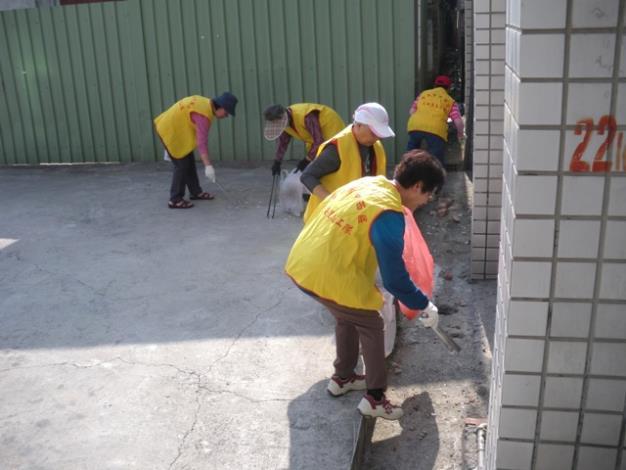 元安里志工進行環境整理