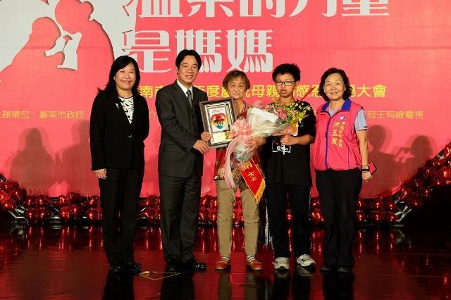 賴市長表揚中西區自強媽媽蘇美娟女士