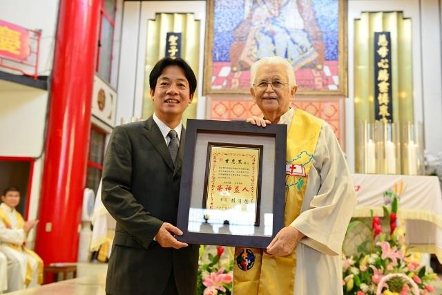 賴市長頒發甘惠忠神父「卓越市民」獎牌
