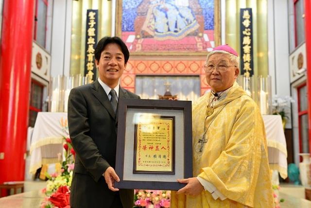 賴市長頒發林吉男神父「卓越市民」獎牌