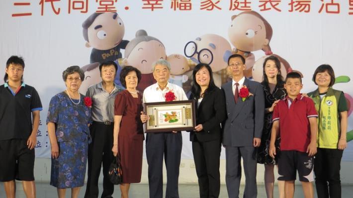 黎區長、曾里長與三代同堂代表--劉光雄老先生合影