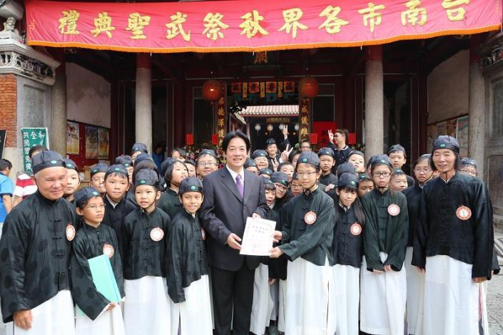 賴市長頒發佾生證給參與演出的學生