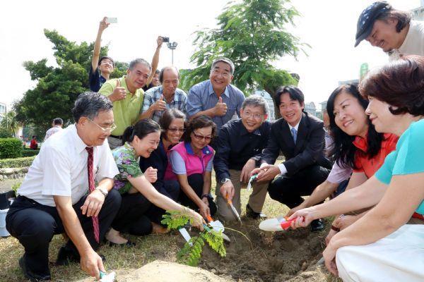 市長與現場嘉賓一起植樹