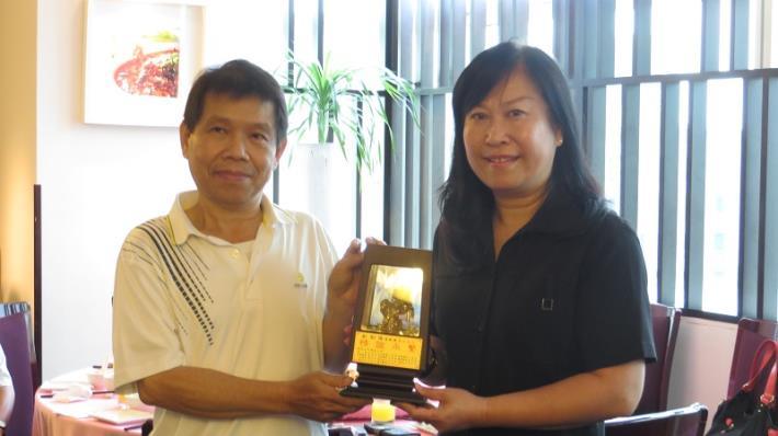 黎區長代表全體同仁致贈紀念牌