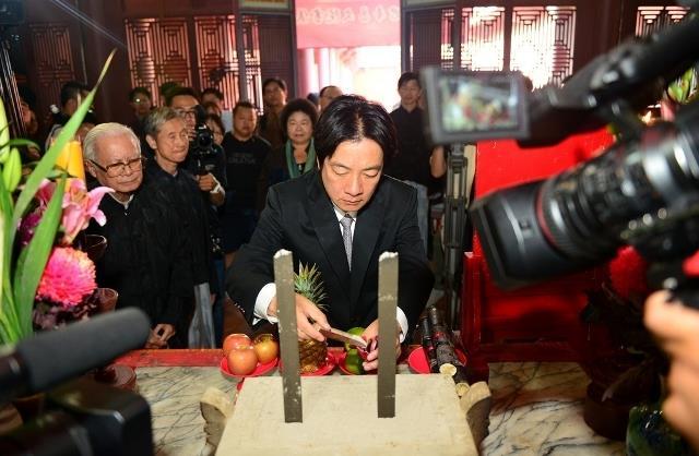 賴市長恭取孔廟的文昌帝君香爐香灰裝香袋裡