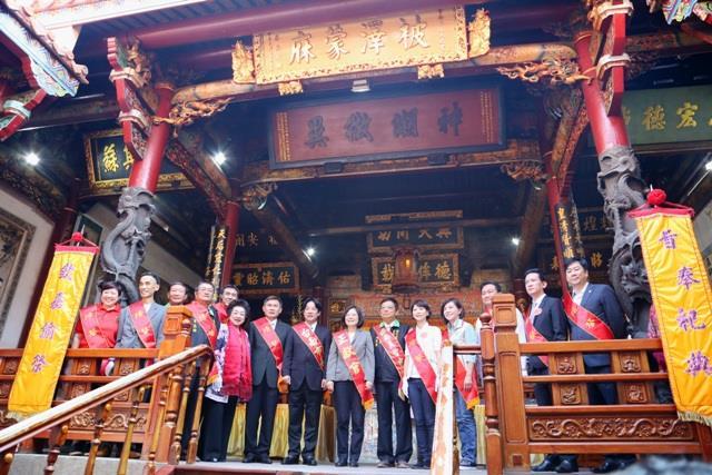 蔡總統與賴市長及現場貴賓共同揭匾