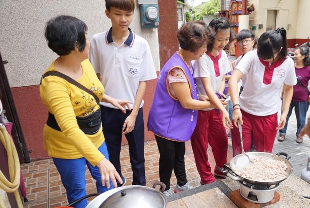「手牽手‧喫趣味」長者與學生廚藝交流