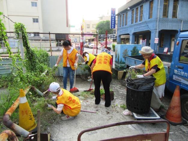 義工清除空地雜草 避免形成孳生源環境