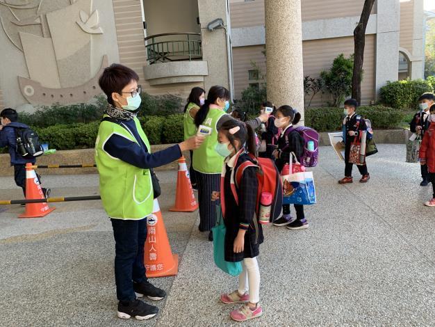 提高防疫規格,南市宣布疫情舒緩前,校園禁對外開放、落實師生勤洗手、戴口罩、入校量測體溫(共2張)-2