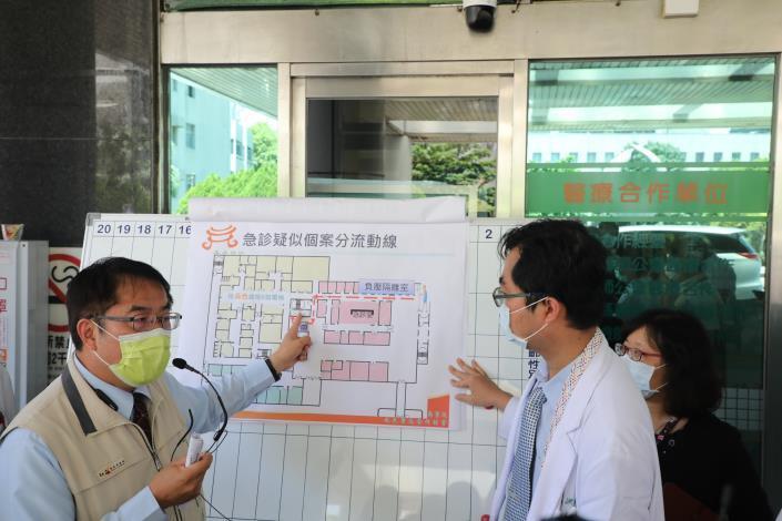 黃偉哲視察部立台南醫院,呼籲醫療院所及營業場所加強防疫落實稽查處罰(共5張)-3