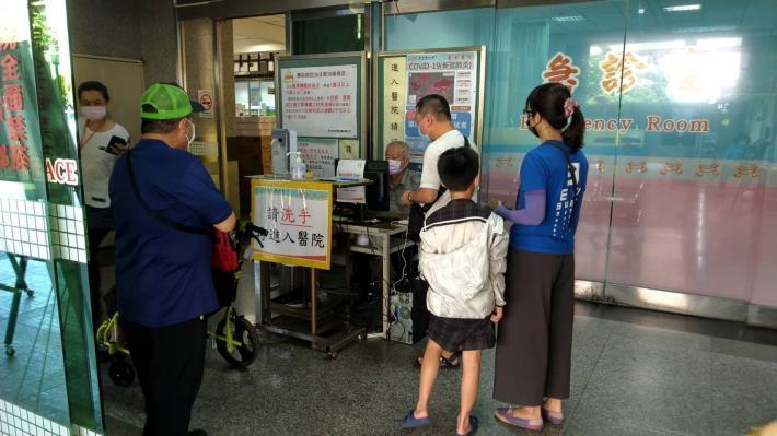 黃偉哲視察部立台南醫院,呼籲醫療院所及營業場所加強防疫落實稽查處罰(共5張)-5