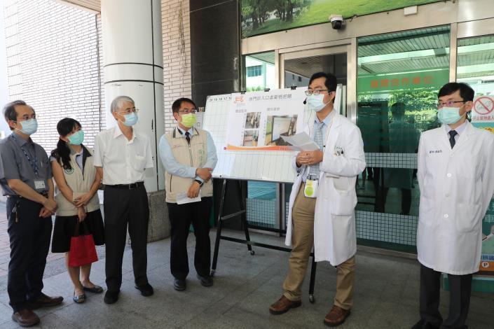 黃偉哲視察部立台南醫院,呼籲醫療院所及營業場所加強防疫落實稽查處罰(共5張)-4