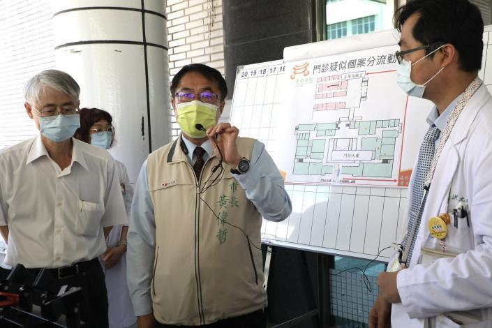 黃偉哲視察部立台南醫院,呼籲醫療院所及營業場所加強防疫落實稽查處罰(共5張)-1