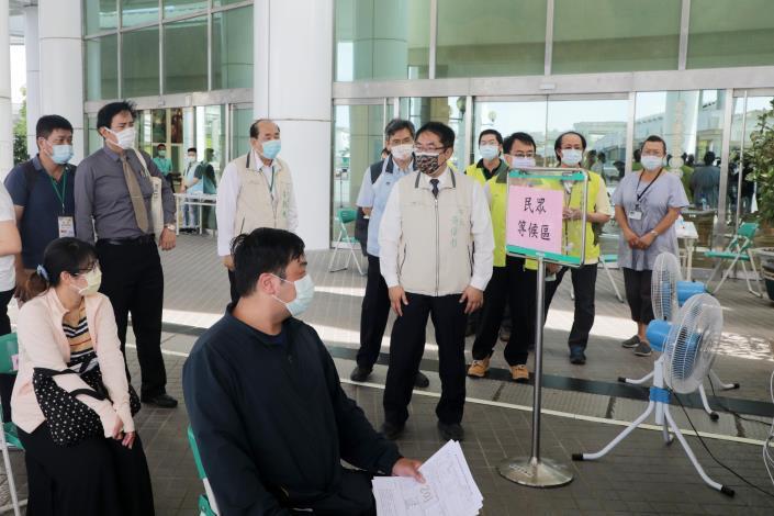 黃偉哲視察台南永華市政中心今起實施民眾洽公運作情形  呼籲共同抗疫、全面防堵疫情保護市民(共5張)-2