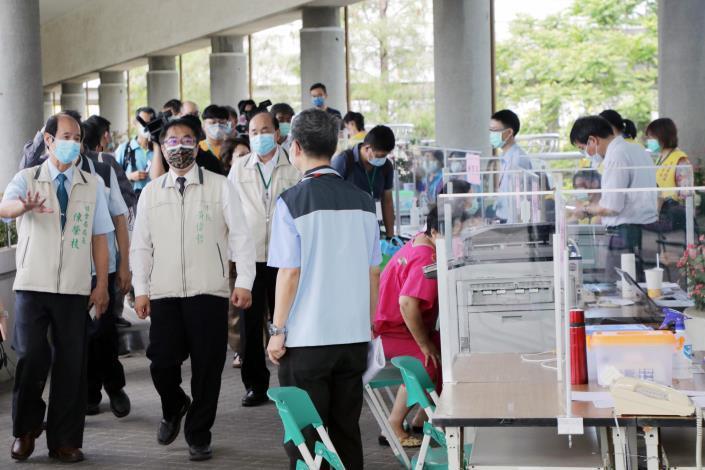 黃偉哲視察台南永華市政中心今起實施民眾洽公運作情形  呼籲共同抗疫、全面防堵疫情保護市民(共5張)-1