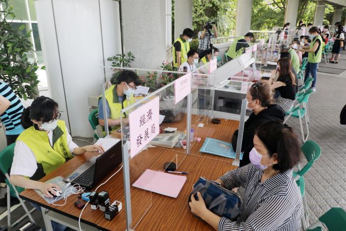 黃偉哲視察台南永華市政中心今起實施民眾洽公運作情形  呼籲共同抗疫、全面防堵疫情保護市民(共5張)-3